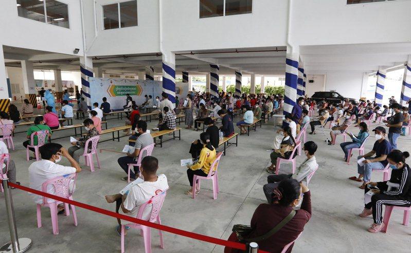柬埔寨民眾在首都金邊一個疫苗接種站等待接種。(歐新社)