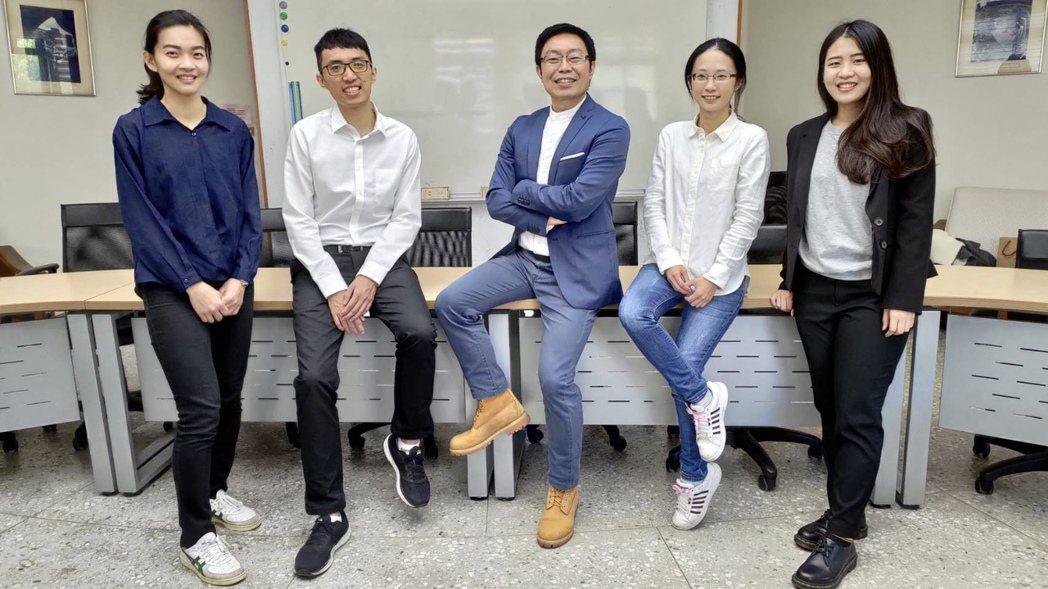 碳鑫資材科技獲頒創業傑出獎。中科管理局提供