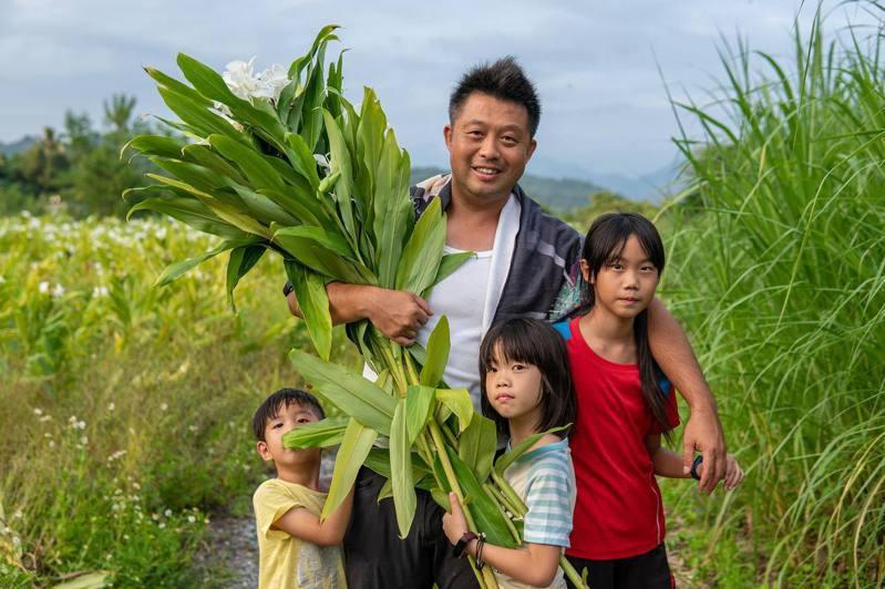 陳人鼎帶家人回到老家,重新找到生活。圖/小村遠遠提供
