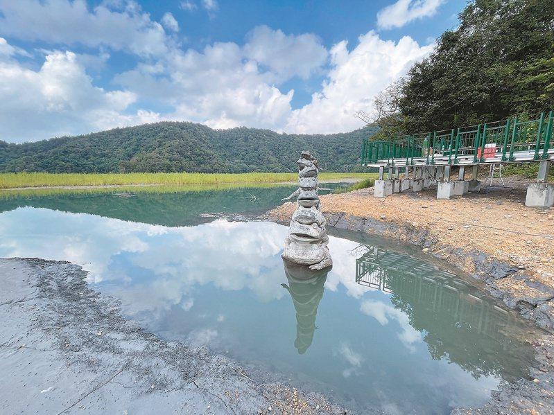 日月潭距滿水位只差兩公尺,水開始淹到九蛙水情指標。圖/日管處提供