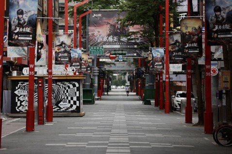 西門町街頭密集的海報甚至比往來人流更熱鬧。 圖/聯合報系資料照片