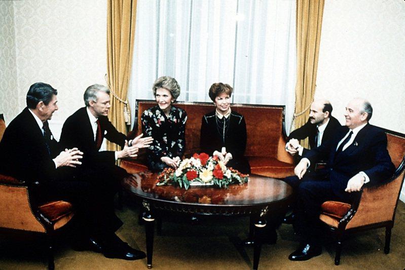 美國總統雷根(左一)1985年會晤蘇聯總統戈巴契夫(右一),為結束冷戰帶來曙光。美聯社