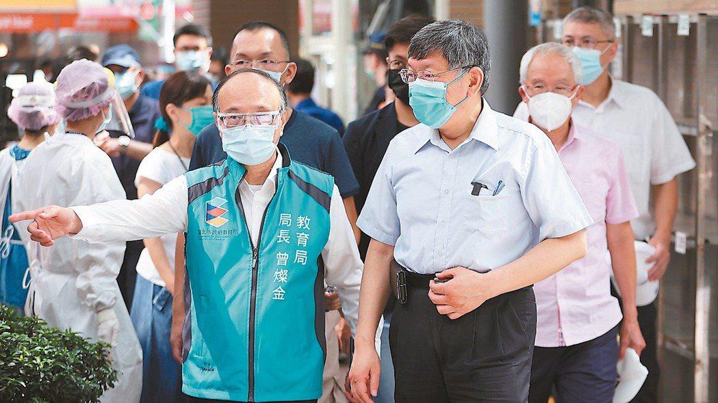 台北市昨天持續為長者接種疫苗,台北市長柯文哲(右)至民生國小視察施打情況。記者余...