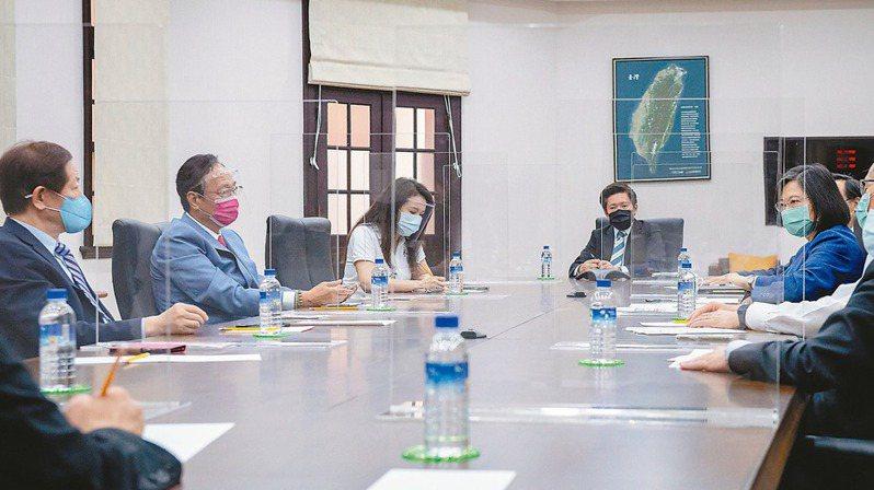 蔡英文總統(右一)昨日下午會見台積電董事長劉德音(左一)、鴻海集團創辦人郭台銘(左二)。 總統府/提供