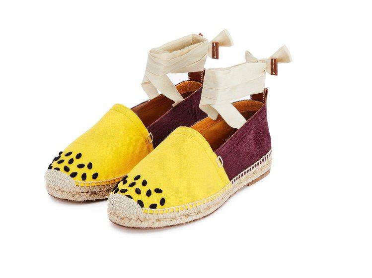 百香果帆布綁帶草編鞋,14,000元。圖/LOEWE提供