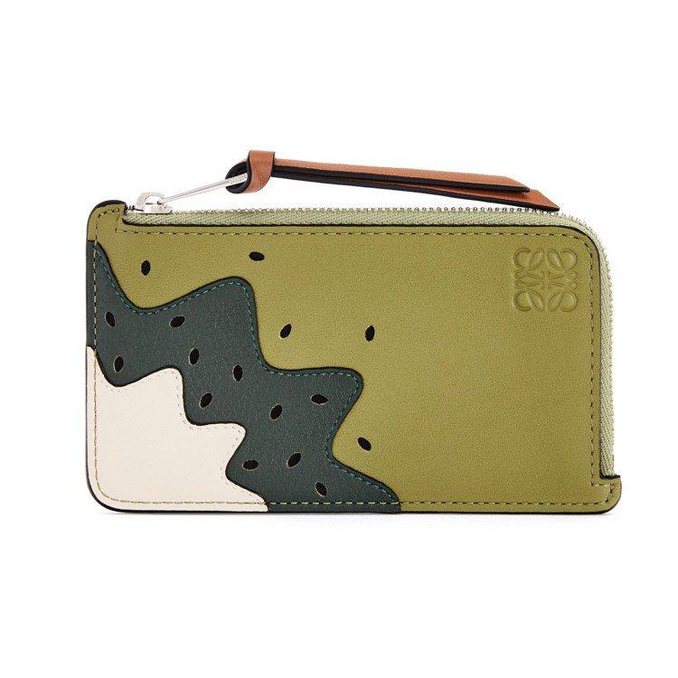 綠色小牛皮奇異果圖案零錢包,15,000元。圖/LOEWE提供