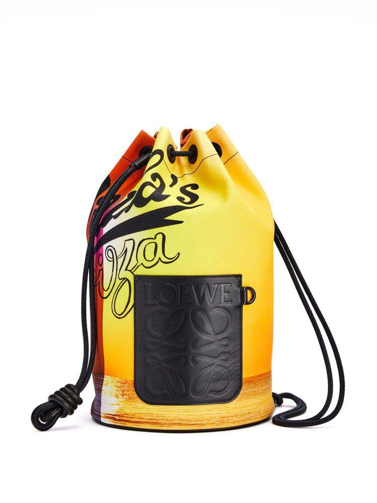 橘黃色帆布大尺寸日落圖案後背包,32,000元。圖/LOEWE提供