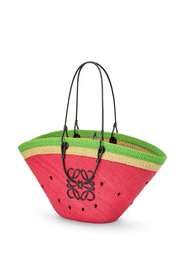 Iraca棕櫚葉拼小牛皮西瓜大尺寸編織籃,34,000元。圖/LOEWE提供