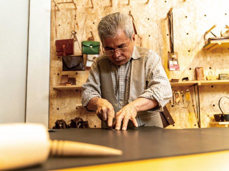 雖然是因緣際會投入皮革創作,但邱芳珍對於皮革的熱情,在他製作皮革製品時專注的眼神中一覽無遺。(圖/文化銀行提供,張家瑋攝)