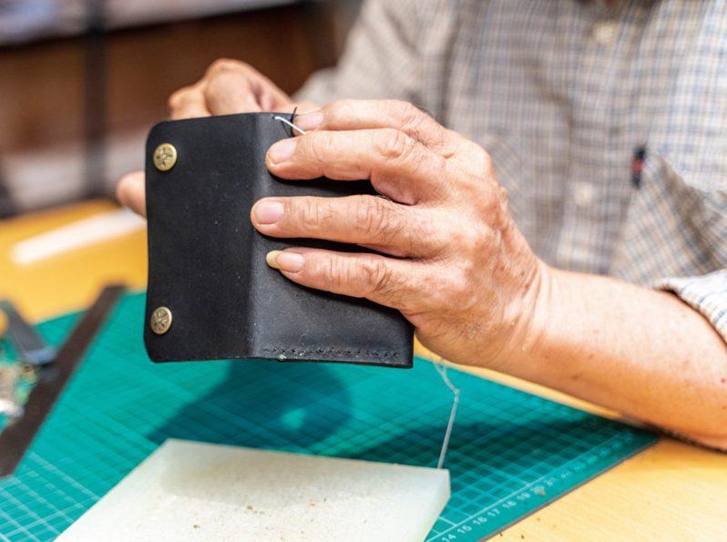 製作皮件是不只要全神貫注,更要需製作者的細心與耐心。(圖/文化銀行提供,張家瑋攝)