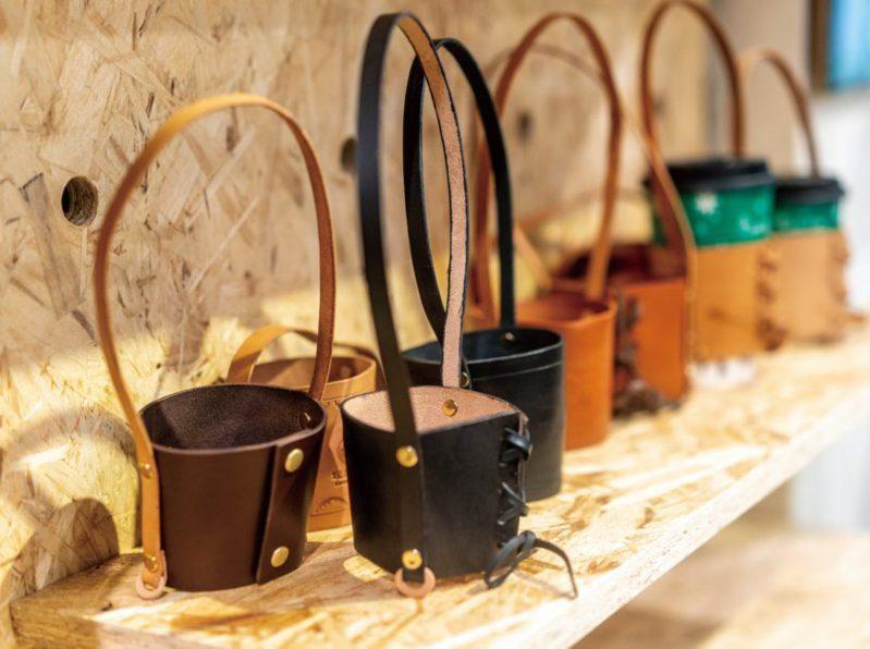 工作坊裡皮件琳瑯滿目,常見的飲料杯套也能透過皮革展現不同以往的質感。(圖/文化銀行提供,張家瑋攝)