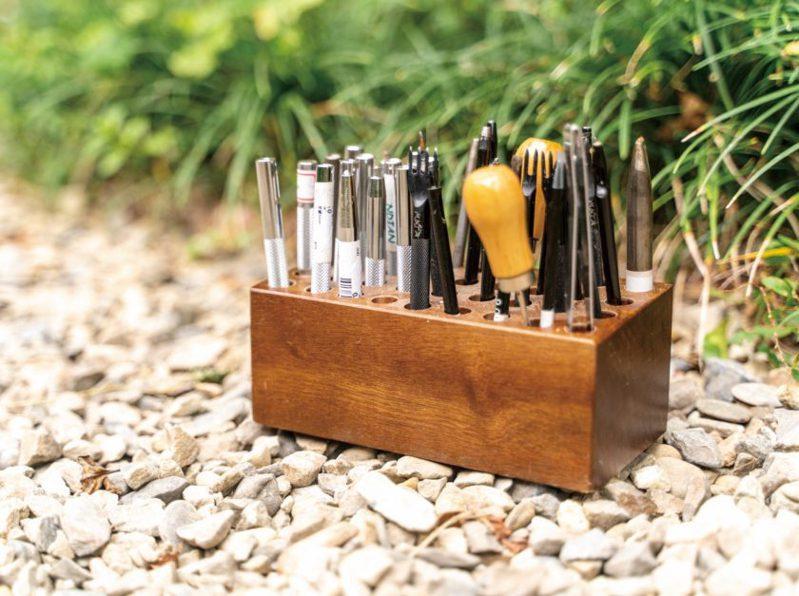 隨著興趣的積累,邱芳珍工具也越買越多,細數著他和皮革共處的日子。(圖/文化銀行提供,張家瑋攝)