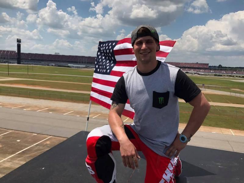 哈維爾(Alex Harvill)是摩托車特技金氏紀錄保持人,17日參賽練習時卻不慎重摔身亡。圖擷自Alex Harvill臉書