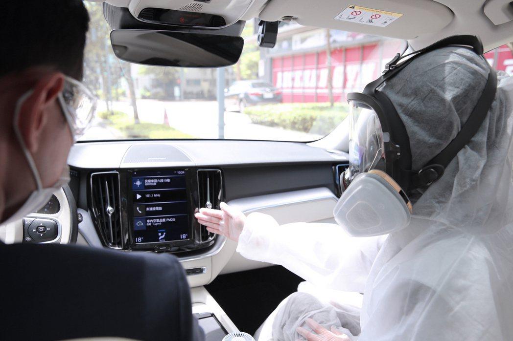 現場值班人員配戴 N95 口罩、防飛沫面罩與一次性醫療手套;若有試駕或交車,有車...