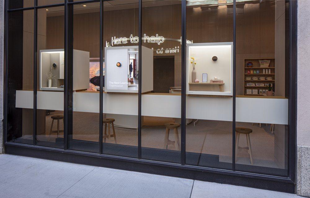 Google採用透明的櫥窗設計,從街道上能看到內部。圖/Google提供