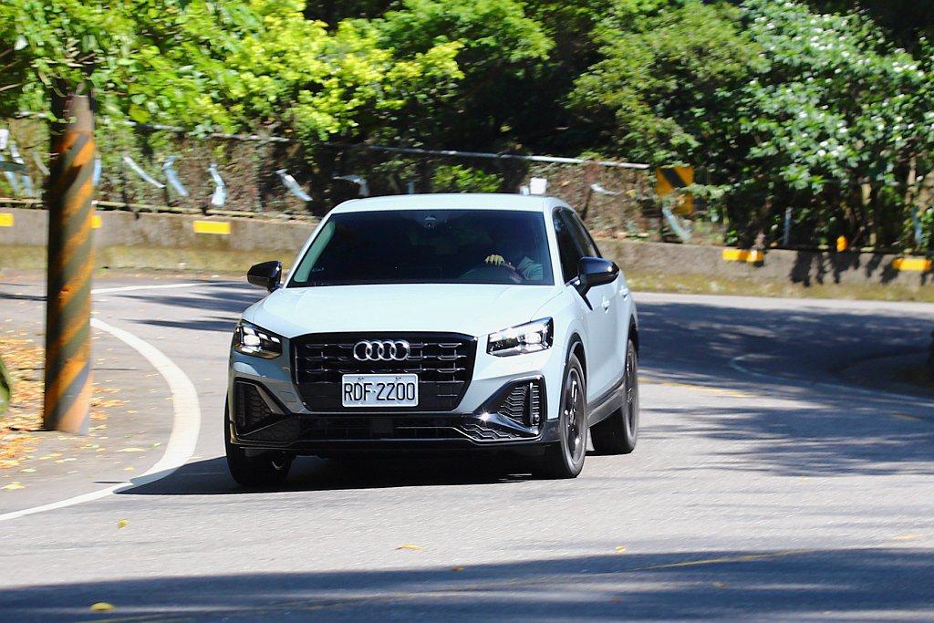 小改款Audi Q2在台灣市場全數標配跑車式轉向系統,能用更小的方向盤轉動角度快...