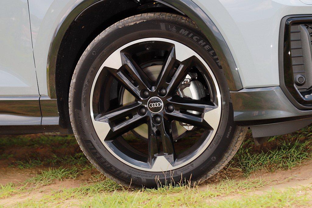 試駕車選配Audi Sport 18吋鋁合金輪圈,不過配胎卻是偏節能取向的米其林...