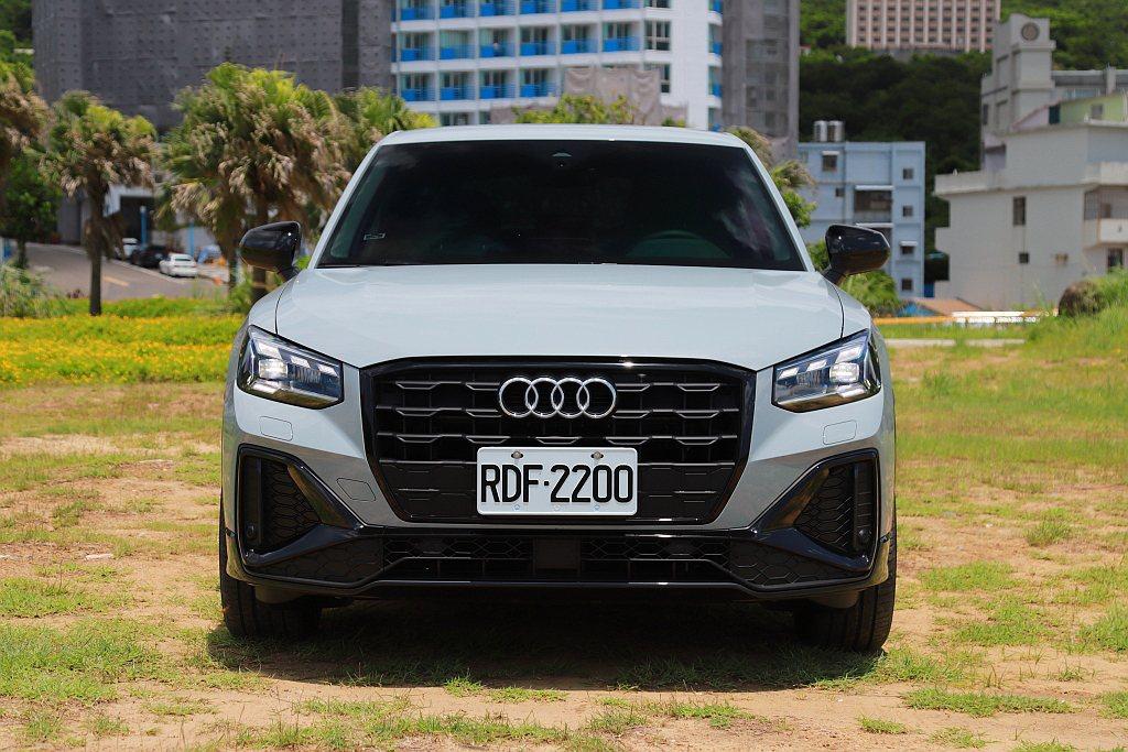 小改款Audi Q2針對頭燈、水箱護罩以及前保桿造型進行調整,導入新式LED頭燈...