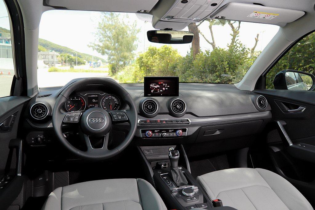 小改款Audi Q2仍舊維持雙指針儀表(中央附彩色資訊顯示幕),搭配中控7.0吋...