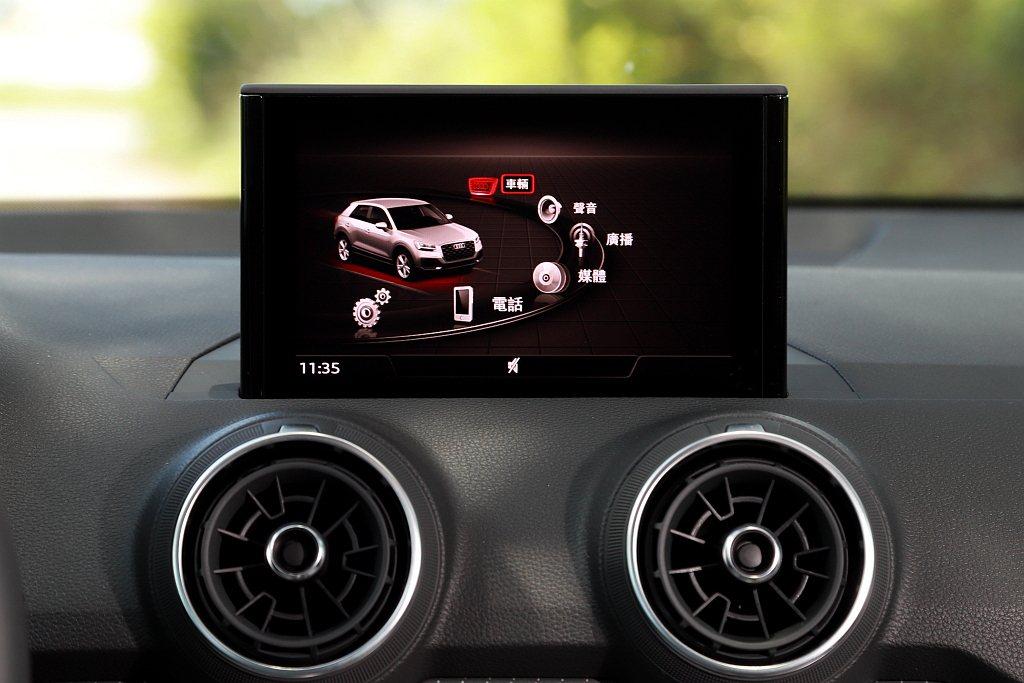 小改款Audi Q2搭載的MMI radio plus多媒體系統沒有觸控功能,仍...