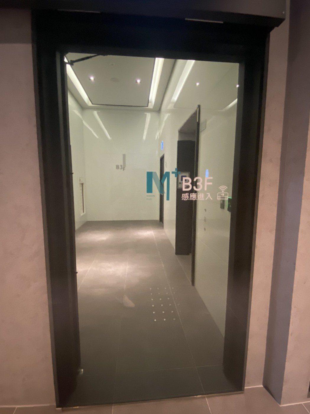 從地下室進入電梯廳門,均刷卡感應,減少接觸、降低風險。 攝影/張世雅