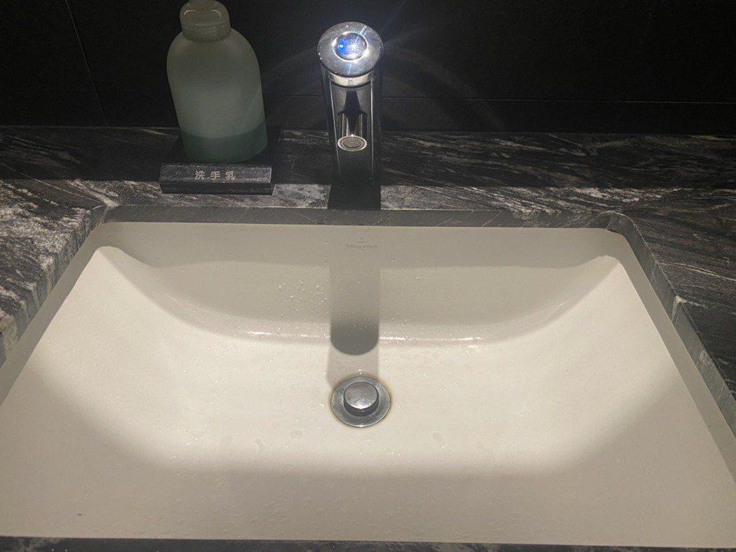 公設洗手水龍頭,採用感應式自動龍頭,就會讓住戶減少接觸細菌的機會。 攝影/張世雅
