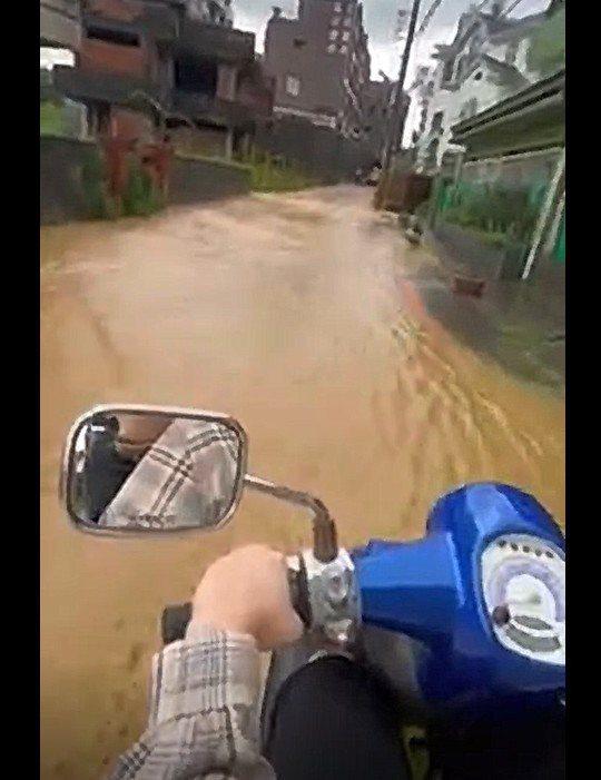 高雄今天有一波急降雨,造成鳥松區松埔北巷積水,2名年輕女子共乘機車越過時滾滾黃泥水,嚇得驚聲尖叫,影片引發網友熱議。記者陳弘逸/翻攝