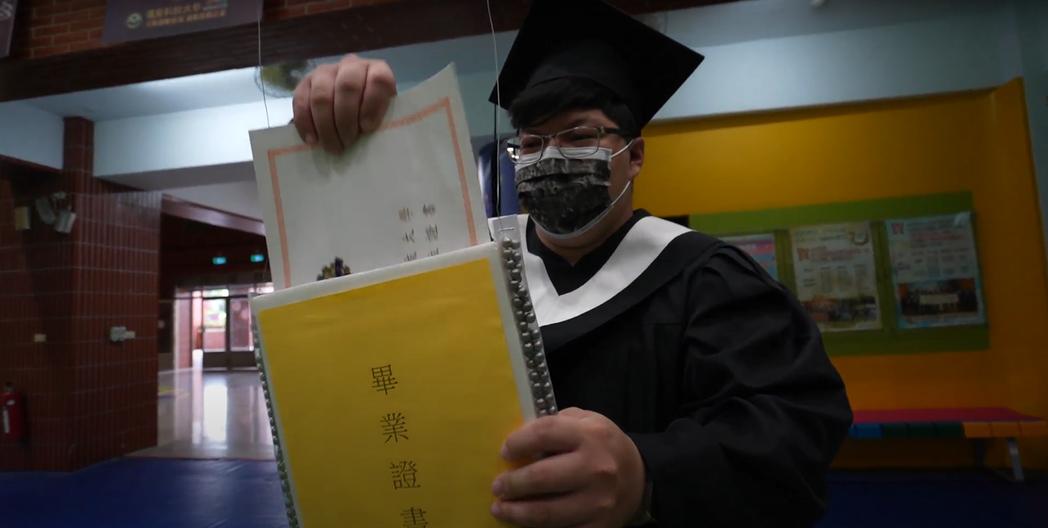 今年畢業生透過無人機傳遞,在系辦領取畢業證書。 遠東科大/提供。