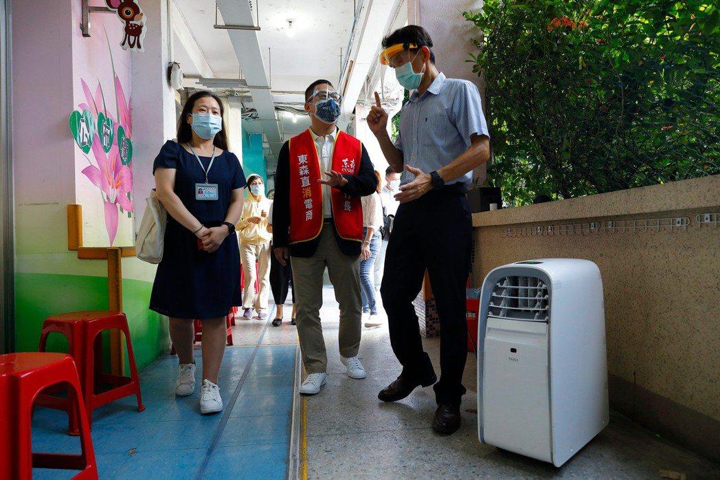 西門國小將水冷氣擺放於行走動線,讓長輩們在舒適環境中安心接種疫苗。東森直消電商/...