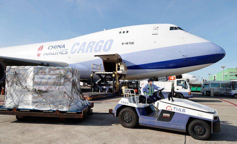 我國訂購的第二批莫德納疫苗廿四萬劑昨抵台,拖往華儲裝運上冷鏈貨車,力拚六月廿五日...