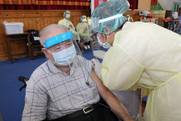 嘉義縣開放80至84歲長輩接種,1至2波長輩接連開打。圖/嘉縣府提供