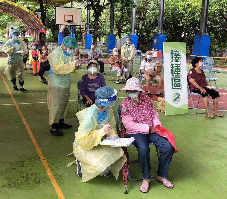 高雄市 82歲以上長輩今天陸續依據通知單地點前往社區接種站施打疫苗。圖/高市府提...