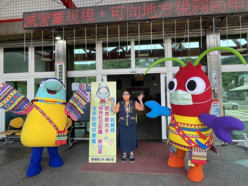 花蓮縣豐濱鄉吉祥物飛兒、蝦兒模樣可愛,不僅推銷觀光,也成為防疫大使。圖/豐濱鄉公所提供