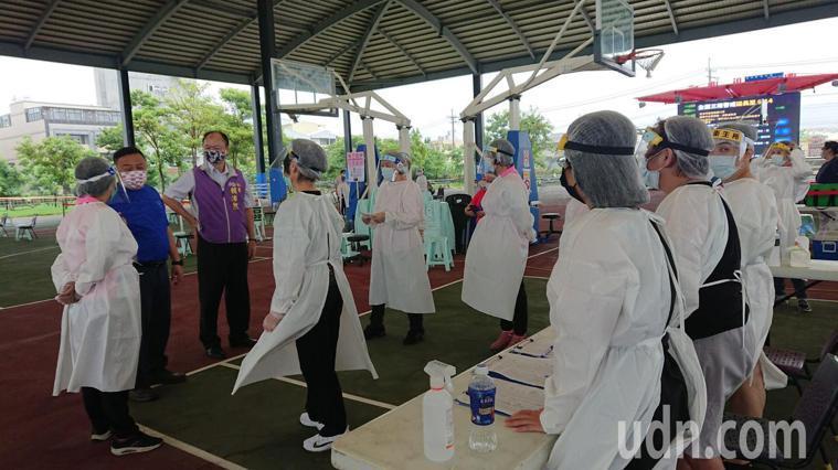 彰化縣員林市長游振雄(穿藍上衣者)為醫護和工作人員打氣。記者簡慧珍/攝影