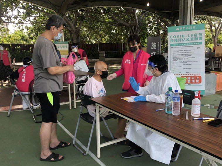 新竹市的疫苗接種站昨天開始明顯人潮減少,市府今天表示,「病毒不會等你打完疫苗才來...