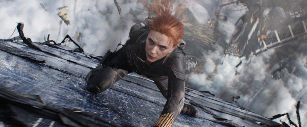 思嘉莉約翰森在「黑寡婦」有許多火爆動作戲。圖/迪士尼提供