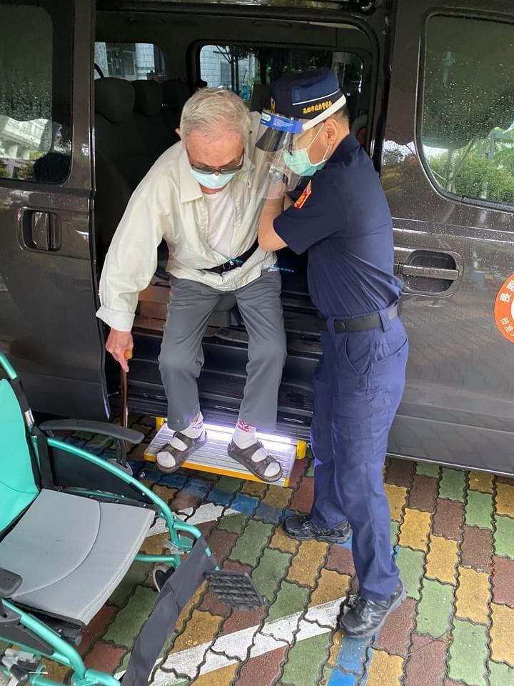在高雄市左營國小接種站,警察親切細心地攙扶長輩下車。圖/翻攝自陳其邁臉書