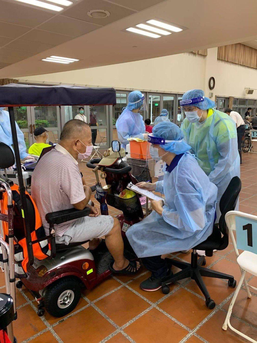 高雄這名行動不便長輩駕駛「紅色超跑」到接種站,現場醫護人員提供得來速服務。圖/翻...