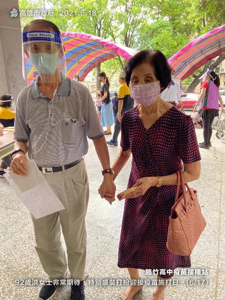 高雄92歲洪奶奶17日盛裝打扮到路竹高中接種站打疫苗,緊緊牽著她的是70歲兒子,...