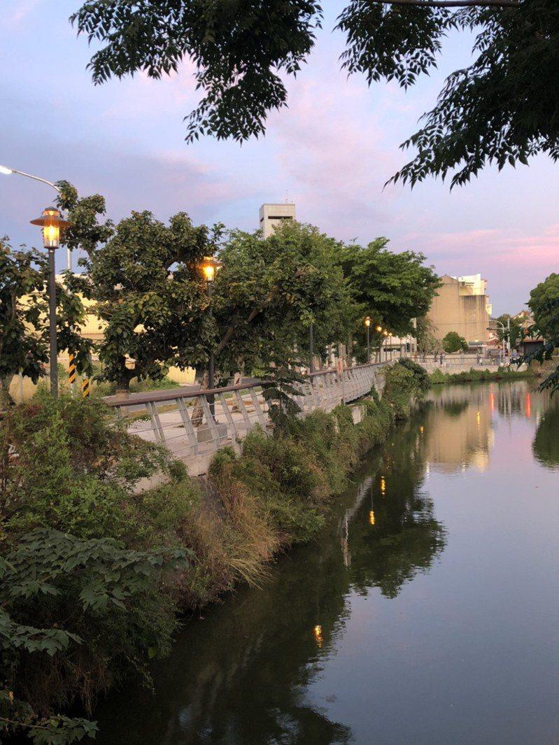台南市府斥資2.5億元,建構月津港完整水岸遊憩廊帶,沿岸5座公園完成整建。圖/工務局提供