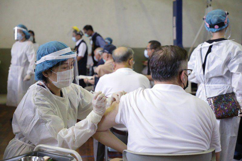 全國各地75歲以上長者開打AZ疫苗。圖/聯合報系資料照片