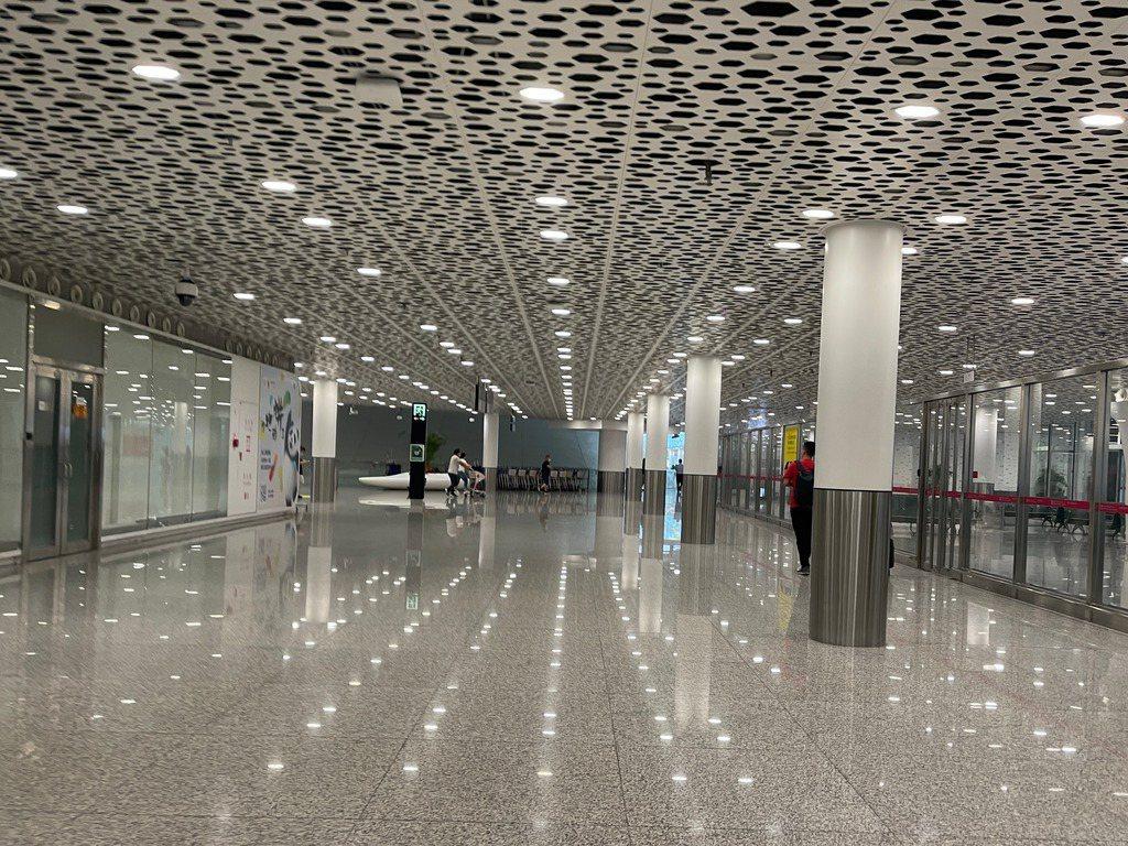 深圳寶安機場今日上午出航航班多數取消或延誤,微博消息指,寶安機場商店已全面關門。...