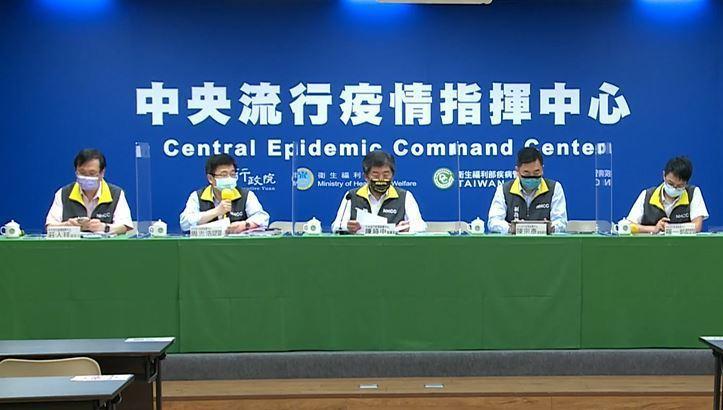 中央流行疫情指揮中心今召開臨時記者會。左起發言人莊人祥、疫情監測組組長周志浩、指...