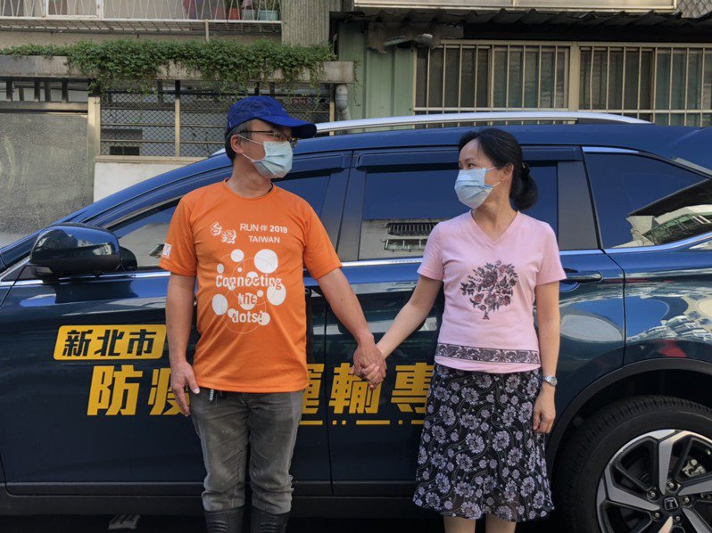 防疫司機工作辛苦又有風險,但家人的支持成為最大力量。圖為防疫司機洪恆毅(左)與太太許文馨。記者侯俐安/攝影