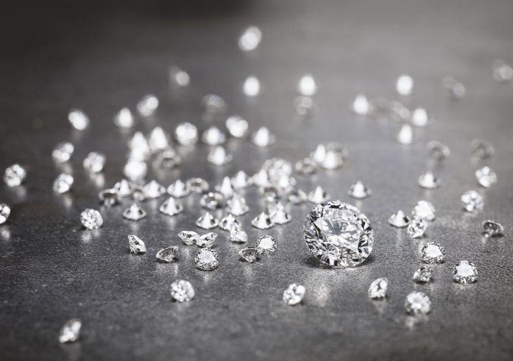 為確保鑽石符合美學和道德標準,伯爵為金伯利進程證書制度(Kimberley Pr...