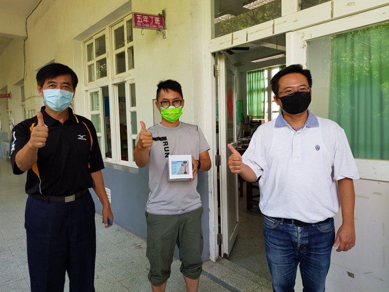 縣議員蔡岳儒(右)媒合家長會緊急採購視訊教學鏡頭,發給沿海30所小學作為線上教學之用。記者蔡維斌/攝影