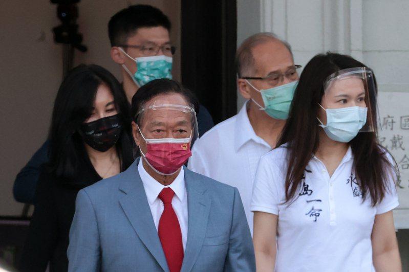 鴻海創辦人郭台銘(前左)採購500萬劑BNT疫苗,過程一波三折,外界質疑蔡政府是「卡關」的關鍵因素。圖/聯合報系資料照片