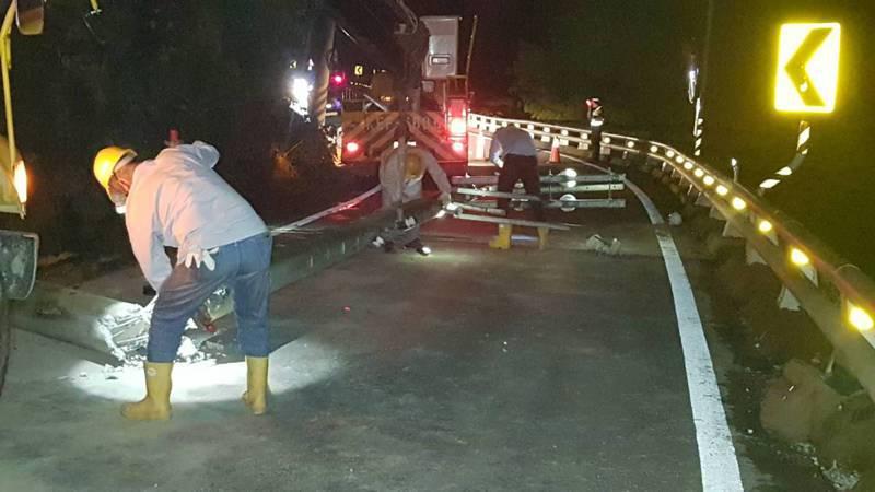 高雄市桃源區南橫公路87.6公里處昨晚6時許疑因落石攔腰撞斷台電的電線桿,台電人員到場搶修。圖/讀者提供