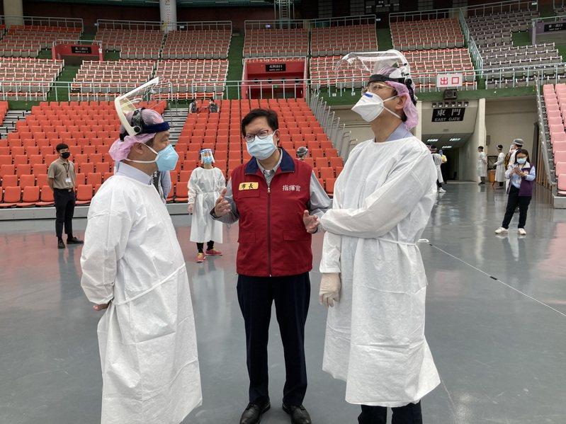桃園市長鄭文燦(中)今天上午到桃園巨蛋接種站視察接種作業。圖/桃園市政府提供