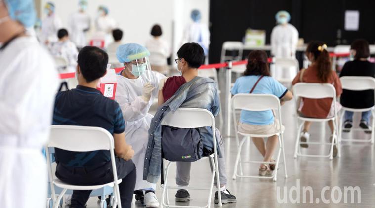 高雄市幫前三類人員施打疫苗。聯合報系資料照片/記者劉學聖攝影
